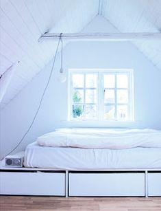 Extra opbergruimte in de slaapkamer is super handig. Een bed met opbergruimte is goed zelf te maken en in de lades onder het bed kan je veel spullen kwijt.