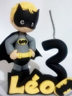 Topo de bolo personalizado Batman com vela  Peça confeccionada em biscuit, com as características do aniversariante.  A vela possui pavio mágico.