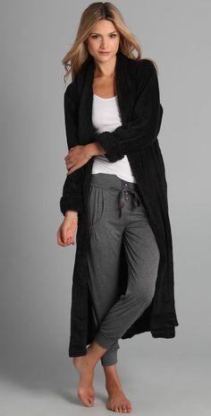 Schwarzer figurbetonter mantel
