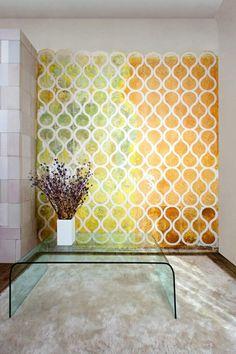 papier peint personnalisé par Znak, peinture multicolore, table basse en verre et tapis design