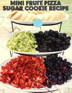 mini fruit pizzas serving idea.  I already make these but they are so hard to transport... I like the 'build your own' serving.