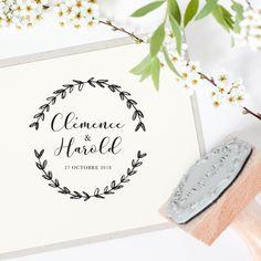 Le tampon mariage est idéal pour décorer et créer votre papeterie.Personnalisez vos enveloppes, cartes, étiquettes, faire-parts avec élégance.