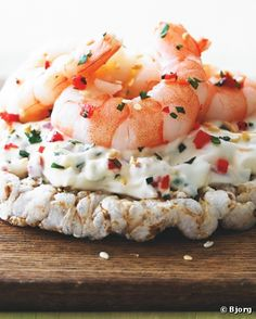 Chilli Crème Fraiche King Prawn Rice Cakes - Rice cakes for lunch? Try these tasty topping ideas Breakfast Dessert, Dessert For Dinner, Clean Eating Plans, Light Snacks, Shrimp Dishes, Bariatric Recipes, Low Carb Bread, Rice Cakes, Creme Fraiche