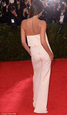Виктория выбрала элегантный, но и минимальных посмотрите, сопряжения ее простое белое плат...