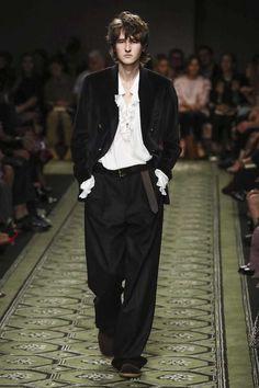 El nuevo formato de compra inmediata ha hecho que la moda se tome más en serio, se dirija más al consumidor. Por ello, Burberry presentó...