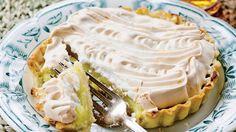 Citrontærte med marengs / Lemon pie (In Danish) Sweet Pie, Sweet Tarts, Cake Recipes, Dessert Recipes, Desserts, New Year's Food, Scandinavian Food, Danish Food, Food Cakes