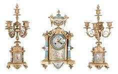 Magnífica garniture para cima de lareira, composta de: relógio e par de candelabros para 5 luzes em