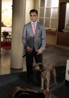 Ed Westwick as Chuck Bass and his dog Monkey on Gossip Girl Dan Gossip Girl, Gossip Girl Season 5, Gossip Girl Series, Gossip Girl Chuck, Gossip Girl Fashion, Gossip Girls, Chuck Bass Style, Im Chuck Bass, The Cw