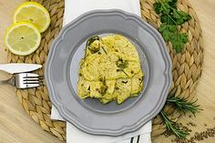 """Un modo per non fare i soliti petti di pollo in padella! Un secondo piatto leggero ma davvero appetitoso. Arricchito di gusto grazie alla """"speciale"""" marinatura fatta con olio, succo di limone e sena"""