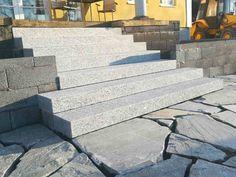 Sisäänkäyntiin uudet portaan Kurun harmaasta graniitista.