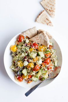 This Greek Quinoa Salad is the perfect vegetarian lunch or a great healthy side dish! Make up a batch on the weekend and eat on it all week long.