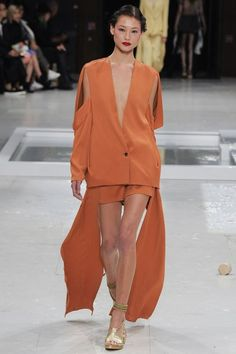 See the complete Chalayan Spring 2016 Ready-to-Wear collection.