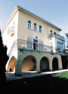 Tady bydlí Karel Gott s rodinou. Karel Gott, Bude, Mansions, Deco, House Styles, Celebrities, Full Bath, Celebs, Manor Houses