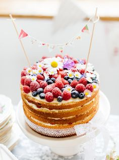Essbare Blüten Torten Videotraining - In diesem Online-Kurs zeige ich dir Schritt für Schritt wie du fruchtig-süße Torten ganz natürlich und stilvoll dekorierst.