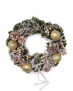Toată lumea iubeşte să îşi decoreze casa în perioada sărbătorilor de iarnă. Coroniţa de pe uşa de la intrare este primul element cu care îţi poţi întâmpina oaspeţii. Comandă o coroniţă de Crăciun cu livrare la domiciliu şi ea va ajunge la tine în doar 2-4 ore oriunde în România. De asemenea, o poţi trimite unor persoane dragi drept cadou de Crăciun. Coroniţa din brad natural este accesorizată cu globuri, conuri de brad şi fundiţe. #coronita #craciun #christmaswreath #wreath Christmas Wreaths, Holiday Decor, Design, Corona