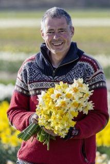 """""""Blumenzwiebeln haben in meiner Familie Tradition. Mein Vater war ein bekannter Narzissenkenner und hat mir eine Sammlung mit über 2.500 verschiedenen Narzissen vermacht. Für mich war schon früh klar, dass ich in der Blumenzwiebelbranche arbeiten will."""" - Carlos van der Veek vom Onlineshop www.fluwel.de"""