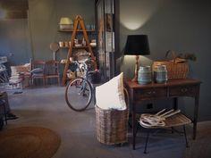 #mercadoloftstore #mls #umseisum #decor #decoração #interior #interiordesign #table #mesa #table #mesadecozinha #cesto #basket #picnic #vasos #ceramica #batedordetapetes #lamp #candeeiro #veludo #velvet #bike #escadote #prateleiras #unique #indentity