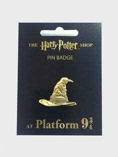 Explore the range of Harry Potter and Fantastic Beasts Pin Badges! Many of these Pin Badges are exclusive to The Harry Potter Shop at Platform 9 ¾. Harry Potter Shop, Harry Potter Outfits, Pin Man, Bag Pins, Jacket Pins, Sorting Hat, Literary Gifts, Badge Design, Cool Pins