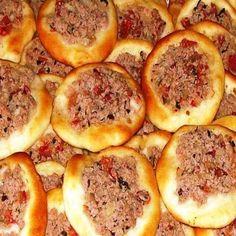 Esfihas abertas são deliciosas! As caseiras então ficam ainda mais saborosas! Que tal experimentar essa receita incrível?