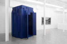 Artiste pluridisciplaire – vidéo, installation, photographie, dessin – Levi van Veluw, né en 1985 à Hoevelaken dans les Pays-Bas, est une figure centrale de la jeune scène artistique néerlandaise. Diplômé du ArtEZ Institute of Arts d'Arhem sont travail a été récompensé par des nombreux prix. Avec Veneration, Levi crée une série de sculptures et d'installations à la fois géométriques et religieuses. Le noyau de ce travail consiste en un mystérieux objet bleu profond, une structure...