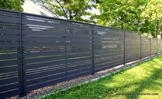 Create a unique backdrop for your yard with this horizontal fence with alternate openwork style Small Backyard Patio, Backyard Garden Design, Backyard Fences, Garden Fencing, Patio Design, Fence Gate Design, Modern Fence Design, Privacy Fence Designs, Modern Farmhouse Design