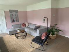 Wat vind jij van deze roze woonkamer van @jennyboersma? Ze laat zien hoe ze haar warm grijze hoekbank op twee verschillende manier in haar kamer kan zetten. De woonkamer is aangekleed met een speelse roze muur, mooie grijze IXXI en verschillende woonaccessoires zoals een naturel vloerkleed. De Scandinavische hoekbank is een eye-catcher in haar interieur. Wat vind jij van het strakke design, de bies en de kleur van de bank? Shop deze relax bank bij By SIDDE! Old Wedding Dresses, Vintage Fans, Corner Desk, Tiny House, Home And Garden, Couch, Living Room, House Styles, Interior