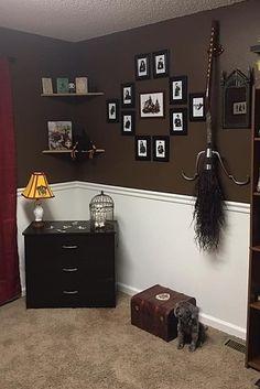 Enquanto esperavam o quarto filho, Tiffany e seu marido tiveram a ideia brilhante de criar um quarto de bebê com tema do Harry Potter, e é basicamente do que os sonhos são feitos. | Este quarto de bebê com tema do Harry Potter é simplesmente encantador