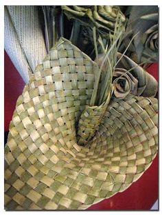 Bev led a workshop on the Maori art of Flax Weaving. In one morning, she had taught us how to choose the stalks of the New Zealand Flax p. Flax Weaving, Willow Weaving, Weaving Art, Basket Weaving, New Zealand Flax, Maori Patterns, Sogetsu Ikebana, Flax Flowers, Maori Designs