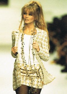 Vintage Claudia Schiffer @ Chanel Haute Couture Fashion Show 1994 Chanel Couture, Haute Couture Style, Chanel Runway, Couture Details, Look Fashion, 90s Fashion, Fashion Show, Vintage Fashion, Paris Fashion