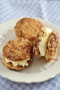 Cookie burger με φιστικοβούτυρο, παγωτό βανίλια και σάλτσα σοκολάτα Cookie Sandwich, Biscuits, Devils Food, Krispie Treats, Muffin, Sweets, Cookies, Breakfast, Desserts