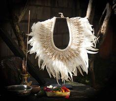 Papua-Tribal häkeln Schalen und Federn Halskette von etnikabali