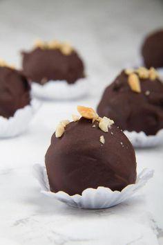 5 Ingredient Keto Chocolate Peanut Butter Fat Bombs – BEST Salted Chocolate Peanut Butter Fat Bombs – NO Bake – Easy NO Sugar Low Carb Recipe – 5 ingredient Peanut Recipes, Coconut Recipes, Low Carb Recipes, Snack Recipes, Healthy Recipes, Healthy Sweets, Keto Snacks, Dessert Recipes, Desserts