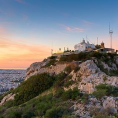 #ThingsToDo, the Athens weekend edition: Don't miss Lycabettus Run, a chance to enjoy the city's enchanting hill as a runner or spectator.  #electrahotelsandresort #athens #thingstodo #lycabettus #lycabettusrun