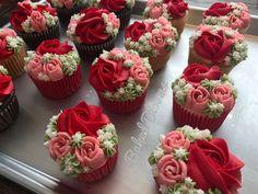 New cupcakes flower bouquet floral arrangements Ideas Cupcakes Design, Floral Cupcakes, Pretty Cupcakes, Mini Cakes, Cupcake Cakes, Cupcake Flower Bouquets, Bolo Floral, Pear Cake, Cake Decorating Techniques