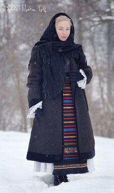 """Autoportret in tinuta de sarbatoare pentru femei batrane. Eleganta, sobra si sofisticata, o demonstratie de lux discret. Camesa cu sire pe dos, poale simple cu ajur, zadii cu trasuri de matase si varsta pe scrisoare, ceptari cu flori negre, naframa subtire de par si naframa neagra de lana """"cu janira"""". Anii 1930 - 1960. Satul Mocod, judetul Bistrita-Nasaud.  Silvia-Floarea Tóth în Sat Mocod,Comuna Nimigea,Judetul Bistrita. She Wolf, Turban, Traditional Outfits, Romania, Bandana, Gypsy, Folk, Costumes, Popular"""