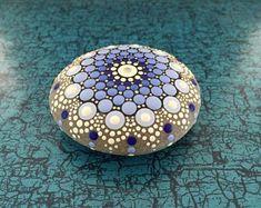 Mandala-Stein blaue Blume