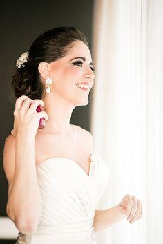 Beleza criada por Viviana Borlido. O casamento de Laresse e Roberto foi publicado no Euamocasamento.com, e as fotos são de Flávia Soares. #euamocasamento #NoivasRio