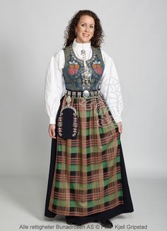 Bilderesultat for nordmørsbunad sølv Folk Costume, Costumes, Ethnic Fashion, People Around The World, Traditional Outfits, Norway, Two Piece Skirt Set, Vest, High Neck Dress