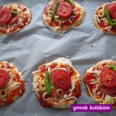 Evde Mini Pizza Tarifi nasıl yapılır? Resimli Mini Pizza Tarifi anlatımı için tıklayın. Ev yapımı karışık minik pizza tarifleri