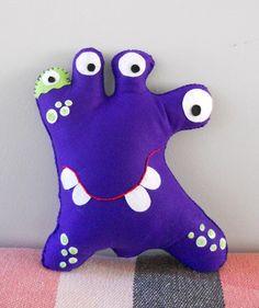 Toy Art Zilo Roxo  Esses monstrinhos cativam desde crianças até os adultos.  Uma ótima opção decorativa para quartos, salas e festas em geral.  Feito em feltro com enchimento fibra acrílica.  Fazemos em outras cores e tamanhos.  * VALOR POR UNIDADE, PARA A TURMA INTEIRA, CONSULTE-NOS.  ** o prazo de produção é para 1 produto, se a quantidade for maior, o prazo também aumenta R$ 35,00