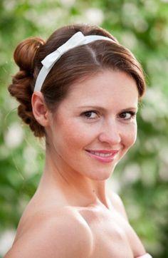 Haarband mit Schleife aus Dupionseide in elfenbein.     Hinten mit verstellbarem Verschluss.