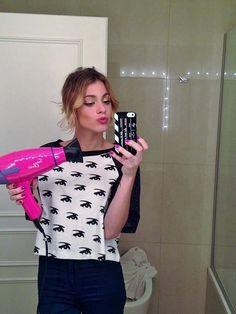 Martina avec son sèche cheveux