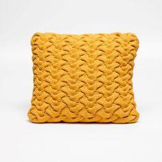 Almofada em formato clássico quadrado na cor golden yellow é perfeita para qualquer tipo de ambiente pois traduz a simplicidade e a leveza sem perder a elegância. A capa pode ser removida para a lavagem à seco. Confeccionada em fio 70% algodão anti-alérgico com detalhe em tricô amarelo e a outra face em suede com enchimento em manta acrílica. #Almofada #LojaSoulHome