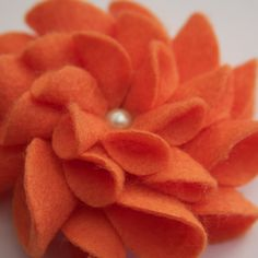 cute for a hat Felt Flowers, Diy Flowers, Fabric Flowers, Wooly Bully, Nuno, Craft Projects, Craft Ideas, Felt Projects, Craft Corner