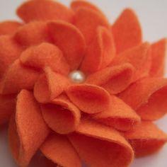 cute for a hat Felt Flowers, Diy Flowers, Fabric Flowers, Arts And Crafts, Paper Crafts, Diy Crafts, Wooly Bully, Nuno, Craft Projects