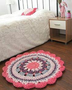 #girlsroom #crochetrug #alfombra #trapillo Para as meninas que me perguntaram se faz tapete com fio de malha, SIM  e lindos como esse da foto! Redondos, ovais quadrados, com os mesmos gráficos usados para fazer com barbante. #viapinterest #trapilho #tapetes #crochet #fiodemalha #trapillo #decoracao #alfombra