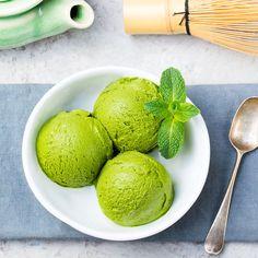 Rezept für Low Carb Matcha-Eis  aus nur 5 Zutaten - ein einfaches Eisrezept für kalorienarme, kohlenhydratarme und gesunde Eiscreme ohne Zusatz von Zucker