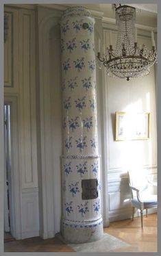 Eye For Design: Decorating With Eighteenth Century Swedish Tile Stoves ( Kakelugns) Swedish Cottage, Swedish Decor, Swedish Style, Swedish Design, Cottage Chic, Cottage Style, Swedish Interiors, Scandinavian Interior, Scandinavian Style