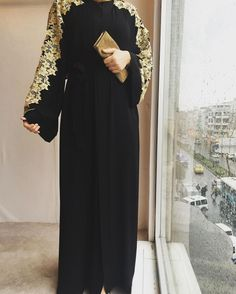 Hijab Fashion 2016/2017: Sélection de looks tendances spécial voilées Look Descreption Black and gold abaya. Two colours that never get old ♡ #abaya #hijab