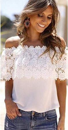 Blusa de color blanco con hombros descubiertos y solapa superior que cae sobre el escote y los brazos, haciendo un precioso dibujo floral de encaje blanco.
